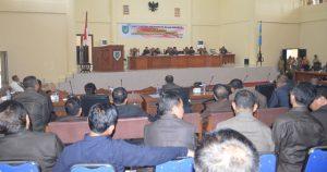 foto Penjabat Bupati saat menghadiri Rapat Paripurna DPRD 01