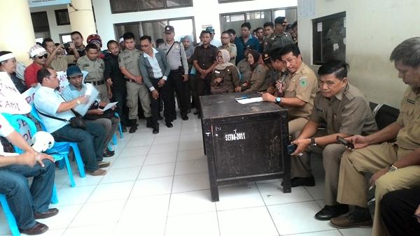 Sekda Bolmong Ashari Sugeha yang didampingi para asisten saat menerima warga Tiberias