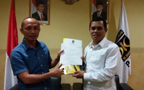 Ketua DPD PKS Bolmong Moh Syahrudin Mokoagow bersama Presiden PKS Sohibul Iman saat penyerahan SK dukungan
