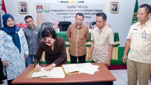 Kejari Kotamobagu Dasplin SH MH saat penandatangan MoU dengan KPU Bolmong