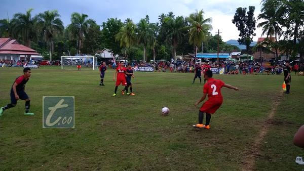 Liga Kotamobagu tampak Aruman Jaya (Kostum Merah) berhadapan dengan BSR Pontodon di lapangan Motoboi Kecil