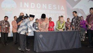 Wali Kota Bandung Ridwan Kamil bersama Wali Kota Tatong Bara saat penandatangan MoU