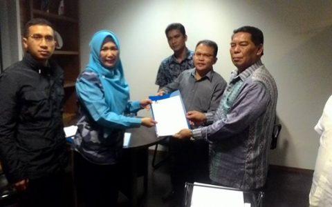 Pasangan Salihi Mokodongan dan Jefry Tumelap saat menerima SK rekomendasi dari partai Demokrat