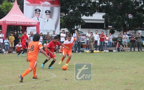Pemain tim Kawan Kota nomor 21  Cipta Molano saat melewati dua pemain Jubir Minut pada laga perdelapan final