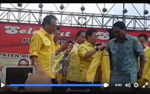 Tampak Ketua Umum PG Setya Novanto sedang mengenakan jas Golkar kepada Salihi B Mokodongan saat di acara Partai Golkar di Minsel