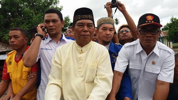Salihi Mokodongan saat diarak menuju kantor sekretariat KPU untuk mendaftar yang dikawal kader partai pengusung