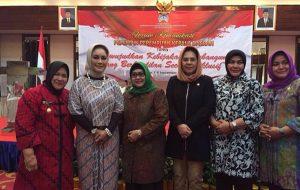 Wali Kota Kotamobagu Tatong Bara bersama dengan  kepala daerah perempuan lainnya