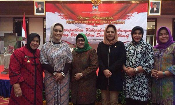 Wali Kota Tatong Bara bersama dengan kepala daerah perempuan usai diskusi