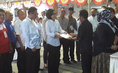 Tampak pasangan bakal calon Yasti Soepredjo Mokoagow dan bakal calon Wakil Bupati Yanny Ronny Tuuk saat menerima surat pengantar pemeriksaan kesehatan dari Ketua KPU Bolmong Fahmi Gobel usai verifikasi berkas