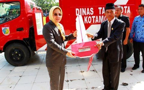 Wali Kota Kotamobagu Tatong Bara saat secara simbolis menyerahkan bantuan mobil Damkar