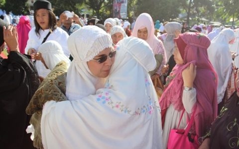 Wali Kota Tatong Bara saat bersamalaman dengan warga usai sholat ied