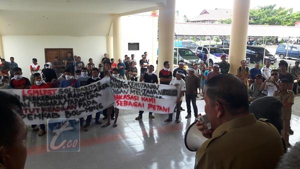Warga Tabang Demo di Kantor Bupati Bolmong