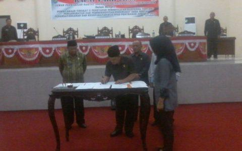 Kwtya DPRD Welty Komaling saat menandatangani nota kesepakatan KUA PPAS