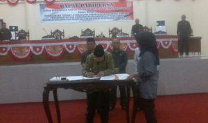 Penjabat Bupati Adrianus Nixon Watung saat menandatangani nota kesepakatan KUA PPAS APBDP 2016
