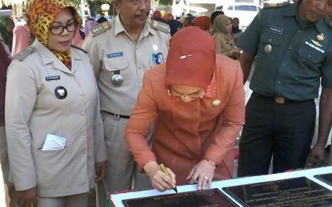 Wali Kota Kotamobagu Tatong Bara saat menandatangani prasasti peresmian proyek