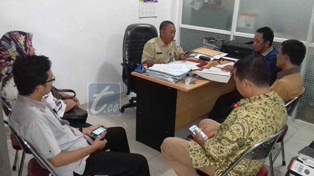 Komisioner KPU Bolmong saat melakukan kroscek di dinas pendidikan pemuda dan olahraga Pemkot Kotamobagu