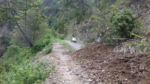 Kondisi ruas jalan Pinogaluman-Doloduo yang tertimbun lonsor dan pohon tumbang