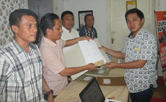 LO dari pasangan bakal calon Yasti Soepredjo Mokoagow-Yanny Ronny Tuuk saat memyerahkan berkas hasil perbaikan di KPU