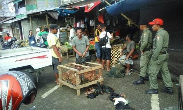 Penertiban Pedagang yang berjualan di badan jalan dari anggota Satpol PP