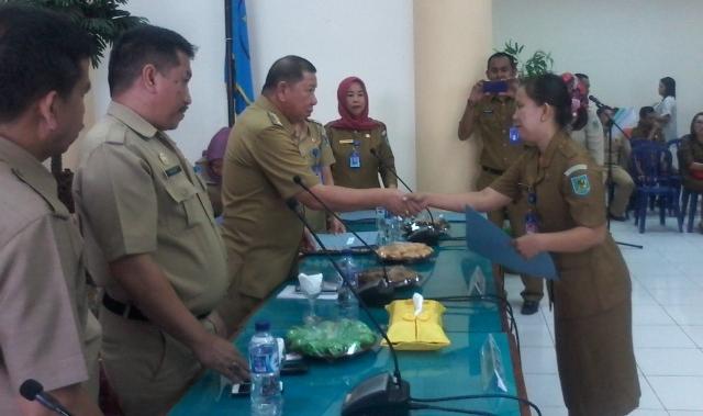 Penjabat BupatiSerahkan SK 247 CPNS Bolmong