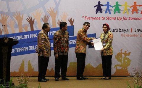 Walikota Tatong Bara Terima Penghargaan Kota Peduli HAM