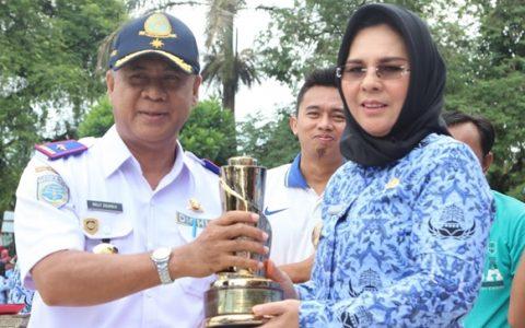 Walikota Serahkan Piala WTN ke Dinas Perhubungan