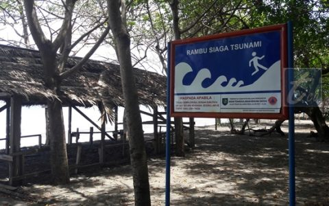 BPBD Bolmong Pasang Rambu Siaga Tsunami di Pantai Wisata