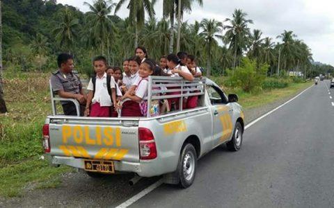 Tampak aparat dari Polsek Lolak saat menjemput anak SD yang baru pulang sekolah