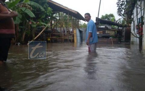 Samin Minta Ganti Rugi Karena Rumahnya Terendam Banjir