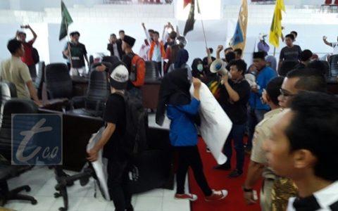 Demo Mahasiswa di Kantor DPRD Kotamobagu Berujung Ricuh