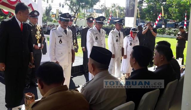 Kapolres Bolmong Berikan Penghargaan Kepada Empat Kepala Desa