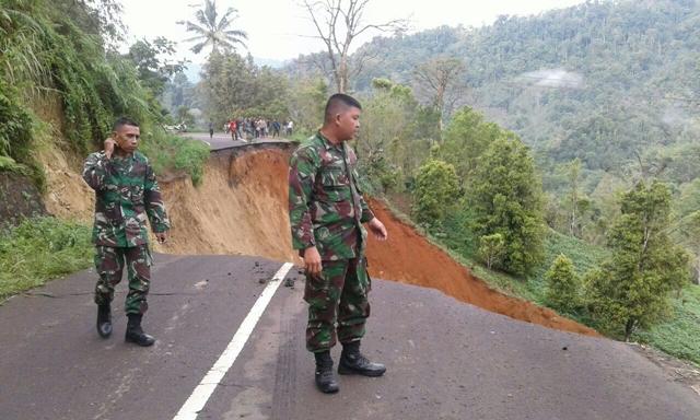 Jalur Menuju Ibukota Kabupaten Boltim Amblas, Satu Mobil Terseret Longsor