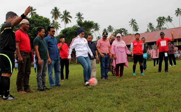 Walikota Tatong Bara Buka Kegiatan Sepak Bola di Pontodon