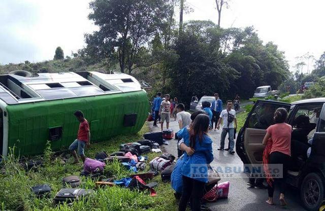 Bus Yang Membawa Mahasiswa KKN Unima Terbalik di Jalur Atoga-Moat