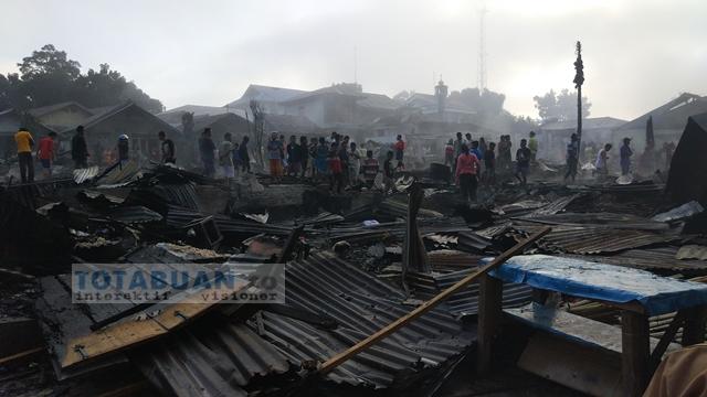 Warga Korban Kebakaran di Kelurahan Gogagoman Mengais Sisa Kebakaran