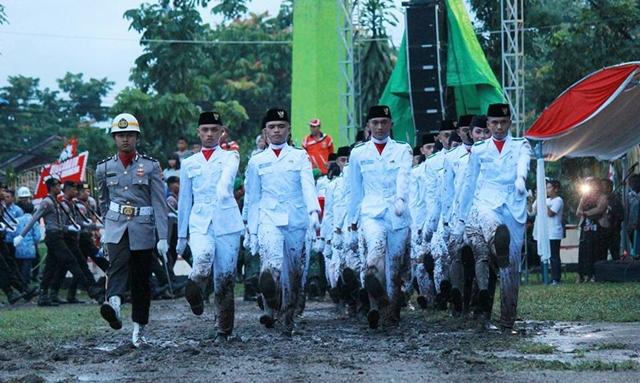 Pakaian Paskibra Kotamobagu Berlumuran Lumpur Saat Penurunan Bendera