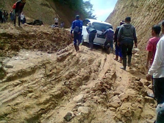 Ruas Jalan Badaro Masih Sulit Dilalui Kendaraan