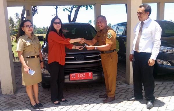 Ketua Komisi II DPRD Bolmong Serahkan Mobil Dinas