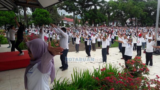 Peringati HKN, Ribuan PNS dan Warga Kotamobagu Ikut Senam Massal