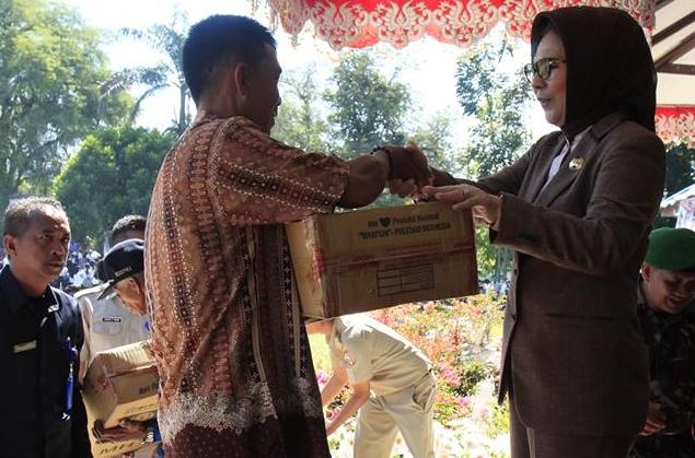 Walikota Kotamobagu Serahkan Bantuan Untuk Kelompok Tani