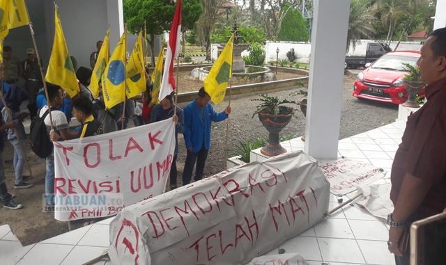 Tolak UU MD3 Mahasiswa Usung Keranda Jenazah ke DPRD Kotamobagu
