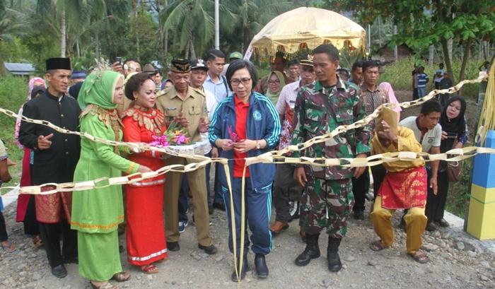 Bupati Bolmong Resmikan Jembatan di Desa Mengkang