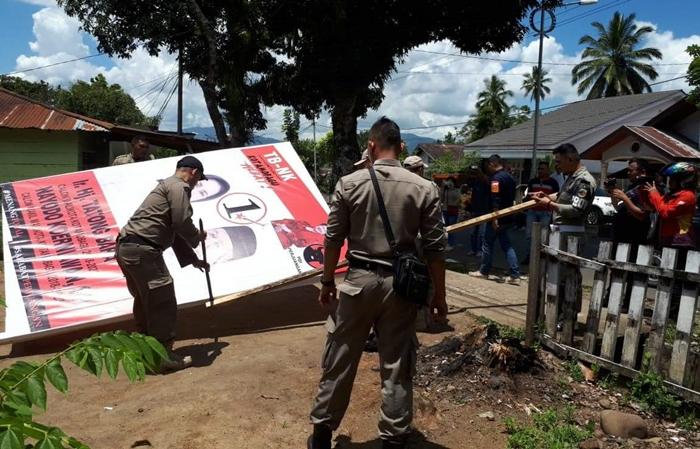 Satpol PP Kotamobagu Tertibkan Alat Peraga Kempanye Milik Salah Satu Pasanga Calon