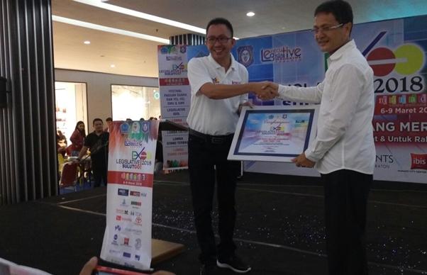 Wabup Bolmong Terima Piagam Penghargaan Legislatif Sulutgo Expo ke-VI