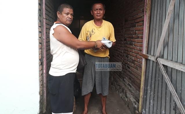 Sisihkan Hasil Penjualan Racun Tikus, Bambang Berbagi Bersama Warga Kurang Mampu