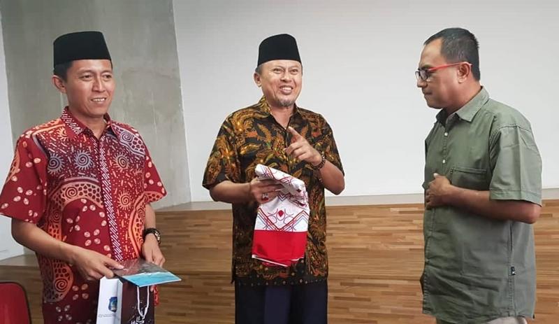 Bupati Bolsel Hi Herson Mayulu didampingi Wakil Bupati ISkandar Kamaru memberikan cendera mata berupa Batij Pinahangi kepada salah satu Rekaktur eksekutif Tempo.co