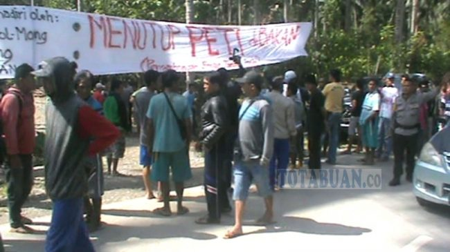 Demo Penutupan PETI di Desa Bakan Nyaris Bentrok Antara Warga dengan Polisi