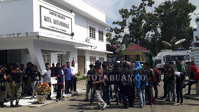 Aksi demo HMI di depan kantor Wali kota Kotamobagu (2)