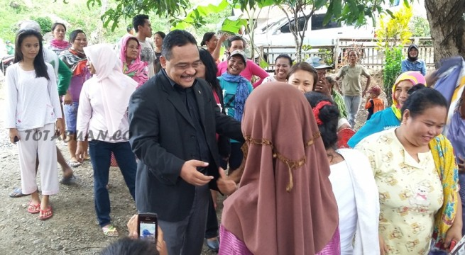 Anggota DPR RI Benny Rhamdani saat dijemput warga Bolangat