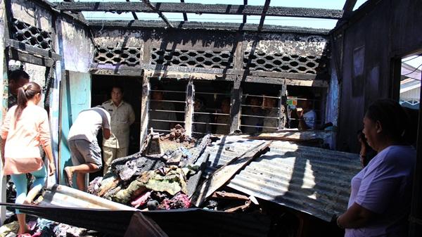 Bupati Bolmong Salihi Mokodongan saat mengunjungi lokasi kebakaran
